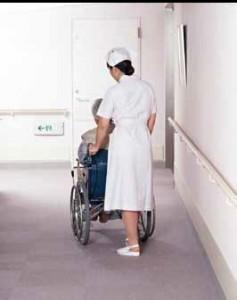 車椅子を押す看護婦さん