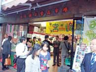 大勢の人で賑わう日本食品専門スーパー