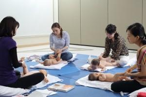 赤ちゃんに声がけしながら顔や体をほぐす