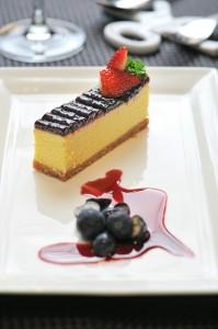 季節のフルーツが盛られたブルーベリーチーズケーキ