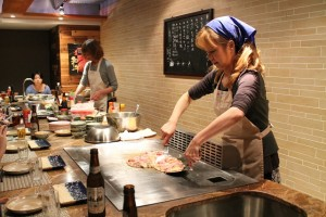 手際よく料理を提供する塩田さん