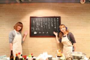 手料理で労をねぎらった塩田さん(右)と谷口さん