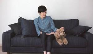 ソファに座る女性と犬