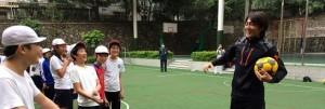 日本人FW吉武剛選手と子供達