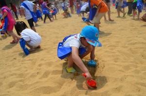 ビーチで楽しむ子供