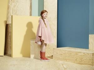 レインコートと長靴をはいた女の子
