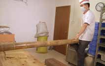 生地をこねる際に竹竿を用いる