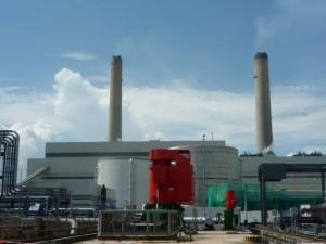 ラマ島の発電所。中央の赤い機械が海から冷却用の水をくみ上げている冷却水ポンプ
