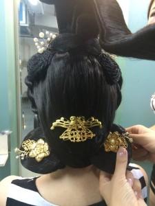 髪飾りをあしらう。