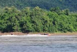 陸・水にハラハラの連続。ラオス交通機関