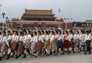 Bruno Barbey氏が撮影した中国人少女たちが行進している写真