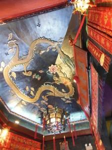 天井には火の龍が描かれている