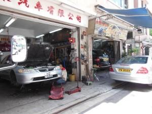 唐樓(トンラウ)の自動車修理工場