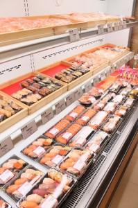 テイクアウトの寿司が並ぶ