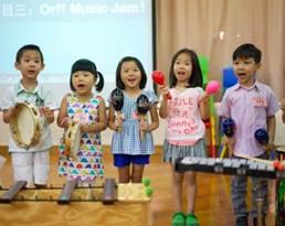 演奏する子供たち