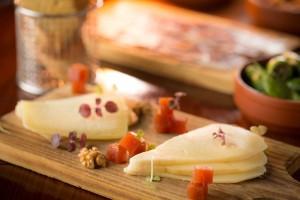 イディアサバル・チーズとテティージャ・チーズプレートのナッツ和え(HKD138)