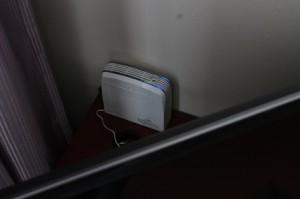 テレビの後ろで静かに稼働する「エアーサクセスプロ」