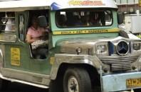 フィリピンの交通機関「ジプニー」まるでクラブ?