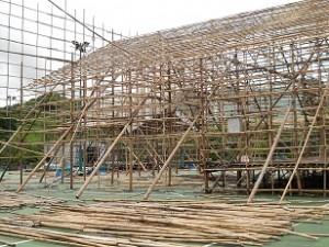 竹で組まれた建設現場の骨組み