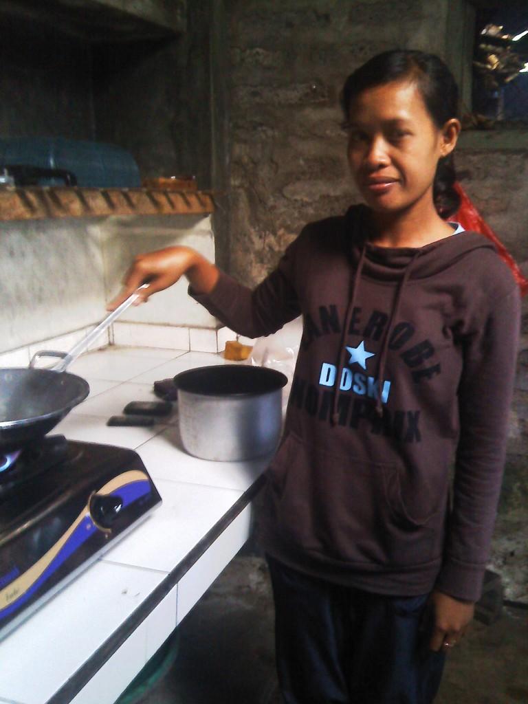 バリ人の朝食を作る様子