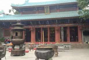 歴史が残る印象的な赤い門Chiwan Tianhou Temple
