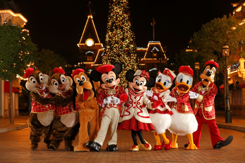 Disney-Friends-in-Christmas-Costumes-1024x682