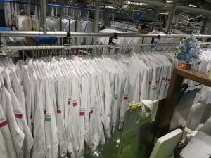 清潔が保たれる荃湾にあるクリーニング工場で始めたのが ユニフォームレンタル業です。