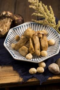 松茸を焼いてカシューナッツを加えた「Baked Matsutake Mushroom with Cashew Nuts」