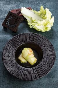 蒸した白菜で豚のミンチとエビのつみれを巻いた「Steamed Cabbage Rolls stuffed with minced Pork and Shrimps」