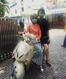 女性がバイクに乗るときに頭からつま先まで 全て覆うスタイルは「ninja」と呼ばれている