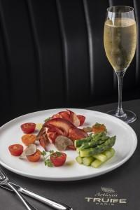 ロブスター、アスパラガス、トリュフのサラダ「Lobster Salad with Asparagus and Truffle Shavings」