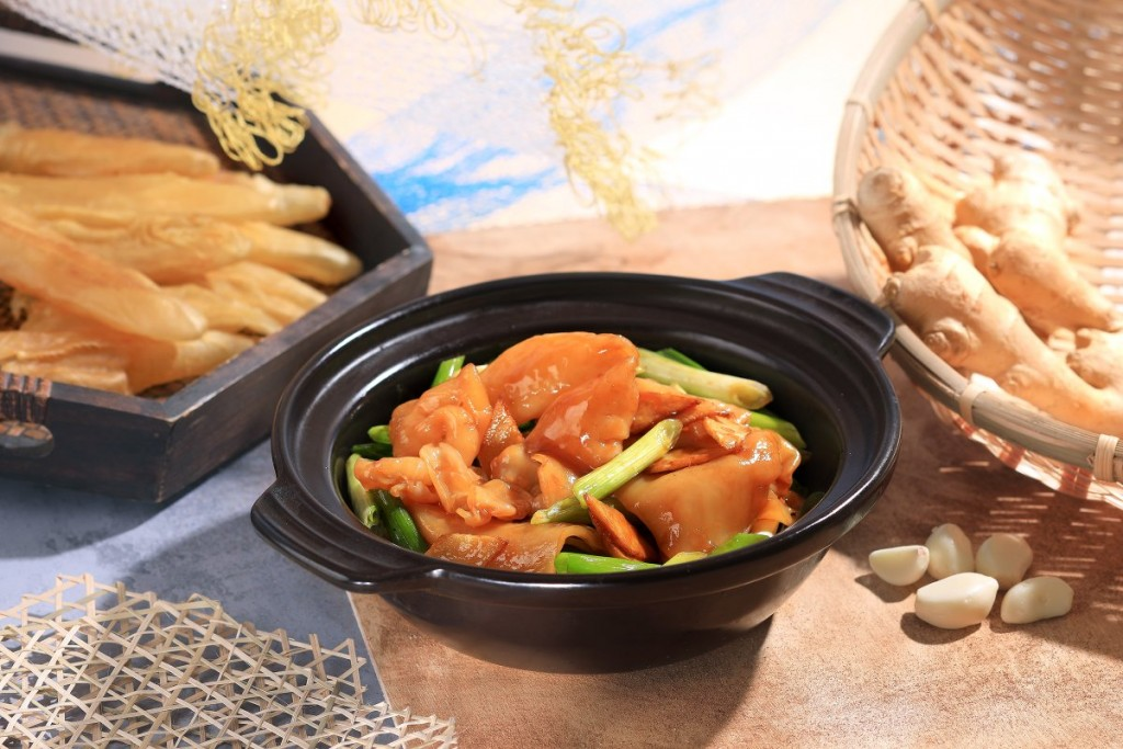 魚の浮袋をネギとショウガと一緒に土鍋で調理した「Braised Fish Maw with Spring Onions and Ginger in Casserole」