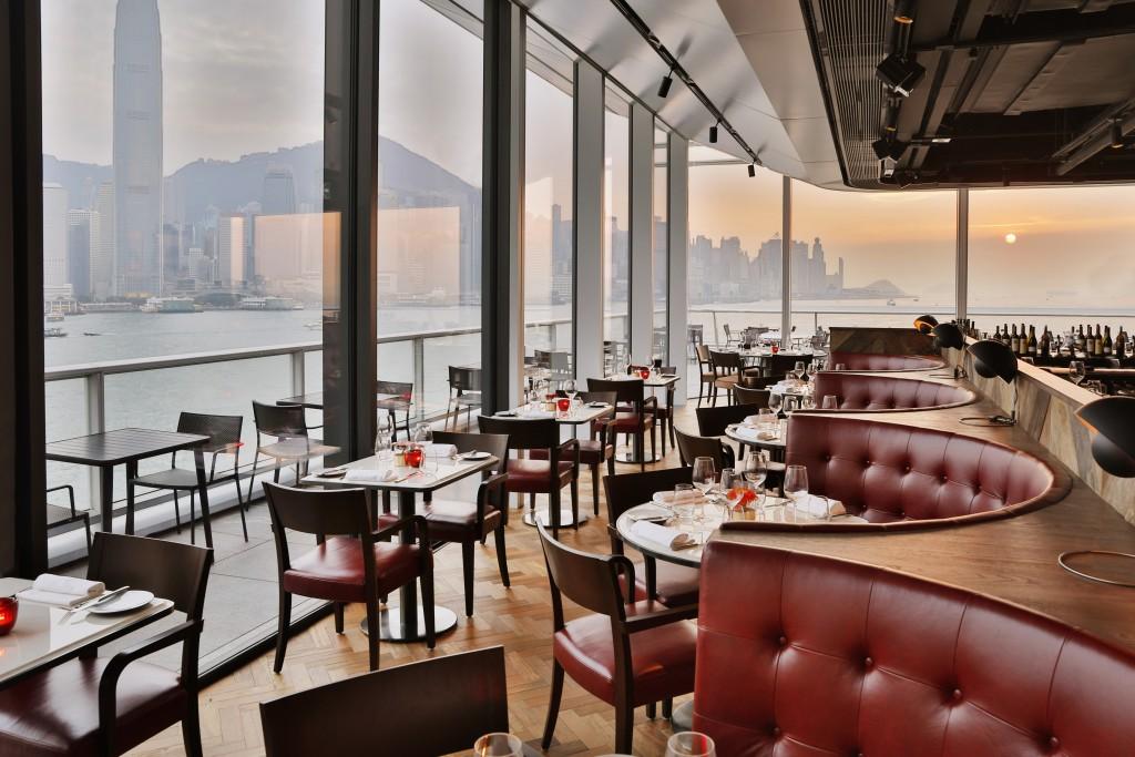 美しい香港のハーバービューが自慢の店内