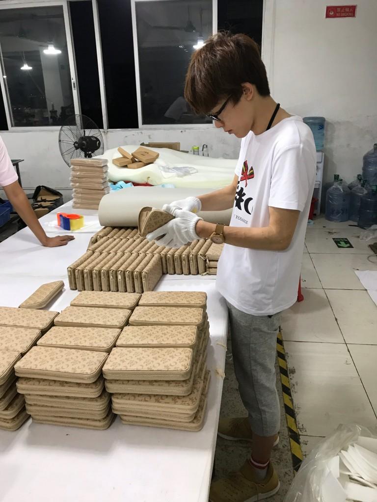 「VALU」によって工場生産が可能になった「高知の財布」を中国・広州の工場にて検品