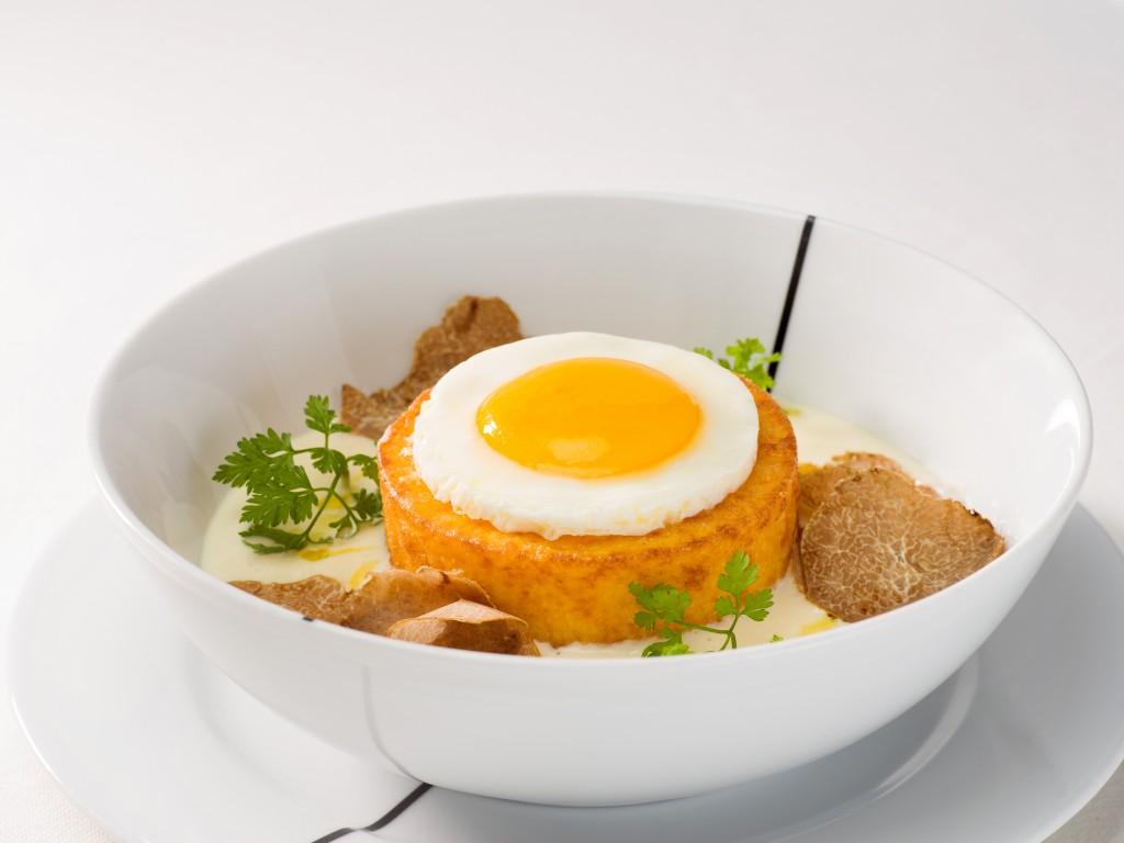 白トリュフと卵の黄金コンビ「Robiola Cheese Fondue with Cornmeal Cake & Duck Egg」
