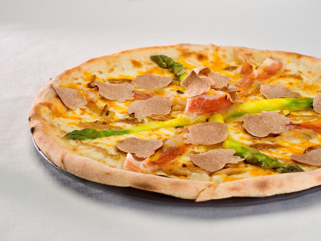 特注の釜で焼く「Pizza with Roman Pork Jowl, Porcini Mushroom, Taleggio Cheese, Asparagus, Egg Yolk Dressing」
