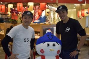 左より、大ボス澤さん、公式キャラ・フジヤマ君、広州店長岩田さん