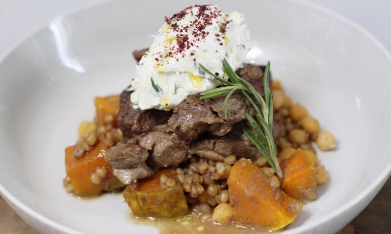 お肉がとても柔らかくスパイスが程よく効いた「The Slow-cooked Lamb Shoulder with Baharat spices」