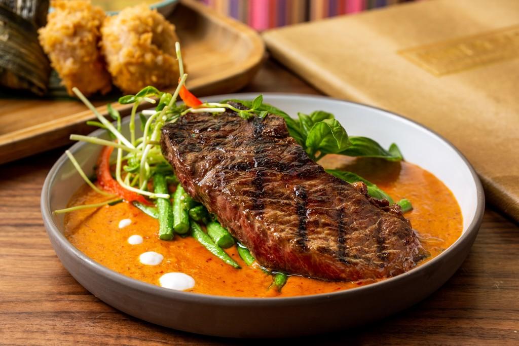 食べ応え抜群の「Slow Cook Beef Rib-Eye with Red Curry Sauce」