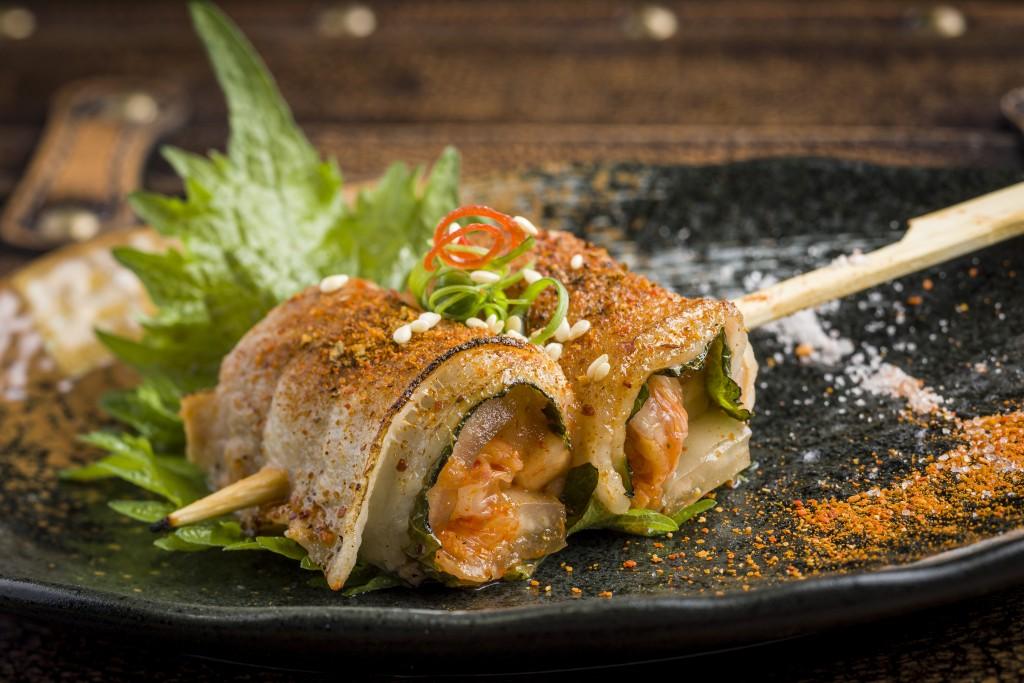 七味をたっぷりかけて楽しみたい 「Spanish pork belly kimchi roll」