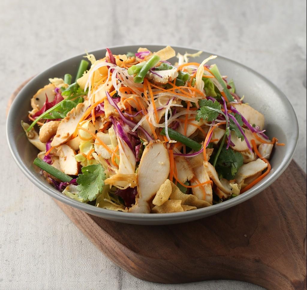 お店の人気サラダメニューの 「Asian Chicken Salad」