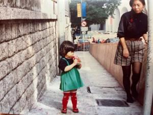 子育てまっさい中の横井さんと長女さん