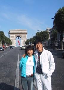 ジャッキーと、パリの凱旋門前で