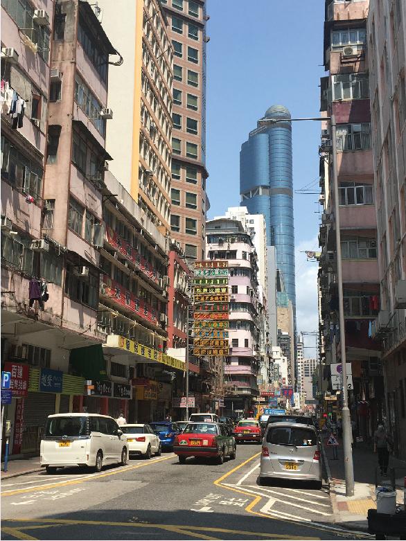 砵蘭街(ポートランド・ストリート)の雑然とした街並みの向こうに、 朗豪坊(ランガムプレイス)が青くそびえ立つ。 日中は穏やかな雰囲気で、犯罪の匂いはみじんも感じないけれど…。