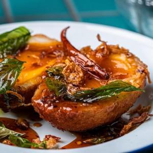 モダンな捻りを加えた「Thai Son-in-Law Scotch Egg」