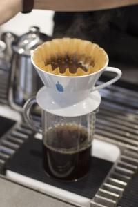 丁寧に一つ一つ ドリップするブラックコーヒー