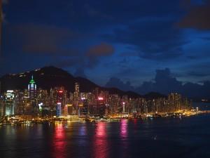 香港島のピーク(山頂)の近くに、謎の大富豪・将陽明の屋敷があるという。陽明とその娘・美麗の複雑すぎる関係は、国のありようがどれだけ一個人の人生に影響するかということを思わせる。香港の夜景の美しさには、そんな複雑さはみじんも感じられない。