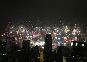 香港では1月1日のニューイヤーと、旧正月(春節)に美しい花火を見ることができる。元警官の富永はこの美しい春節の花火を見ることなく、ヴァンクーヴァーに旅立った。行きがけの駄賃に上海街で男を鉄パイプで殴り倒した後で…。
