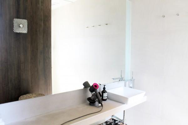 広くて清潔なシャワールームを2部屋完備。 ドライヤーはDyson、アメニティ類は全てAesop。