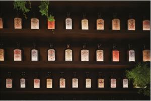 多種多様な薬瓶が並ぶ棚